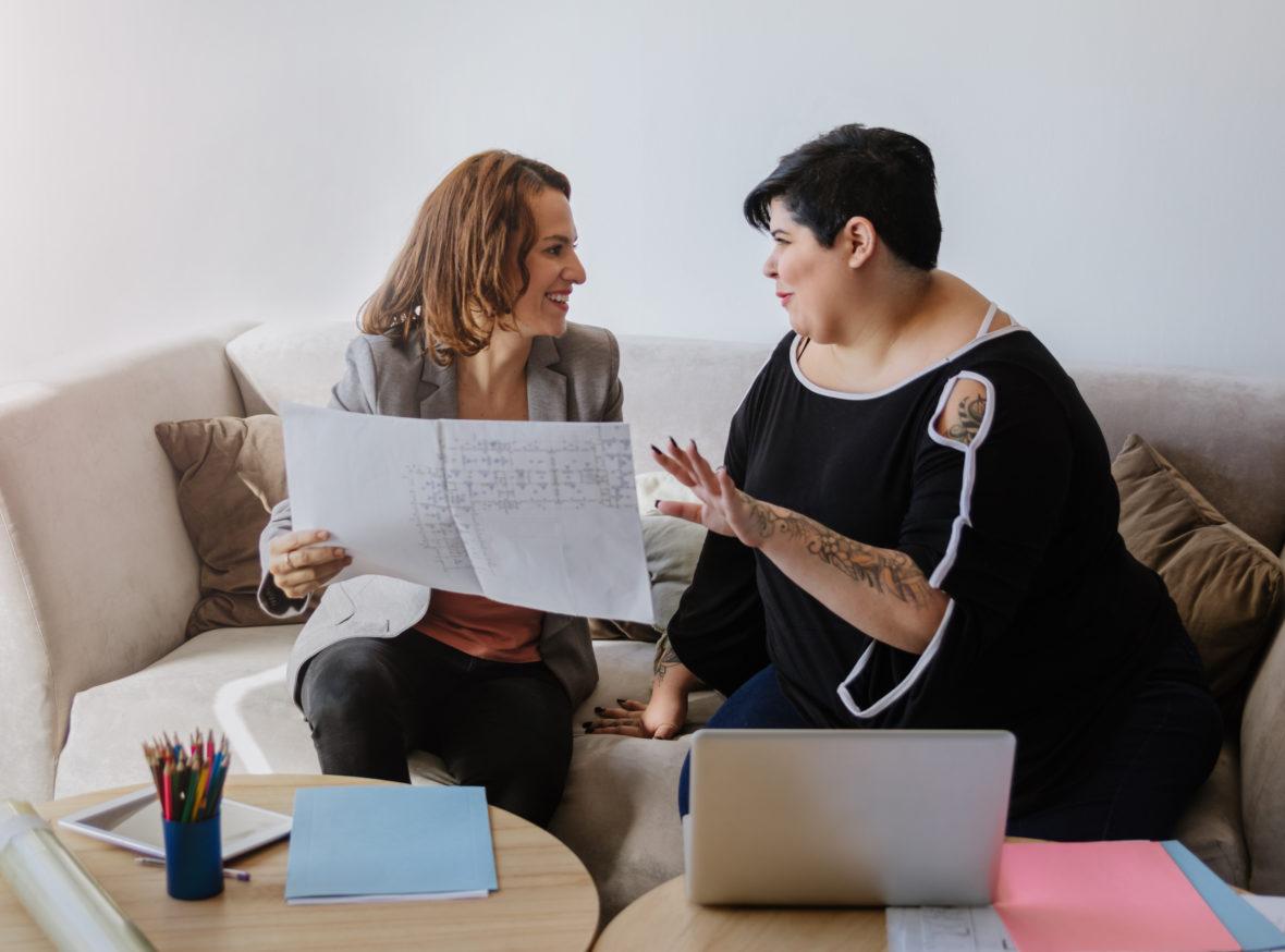 Två kvinnor som diskuterar dialogavtal