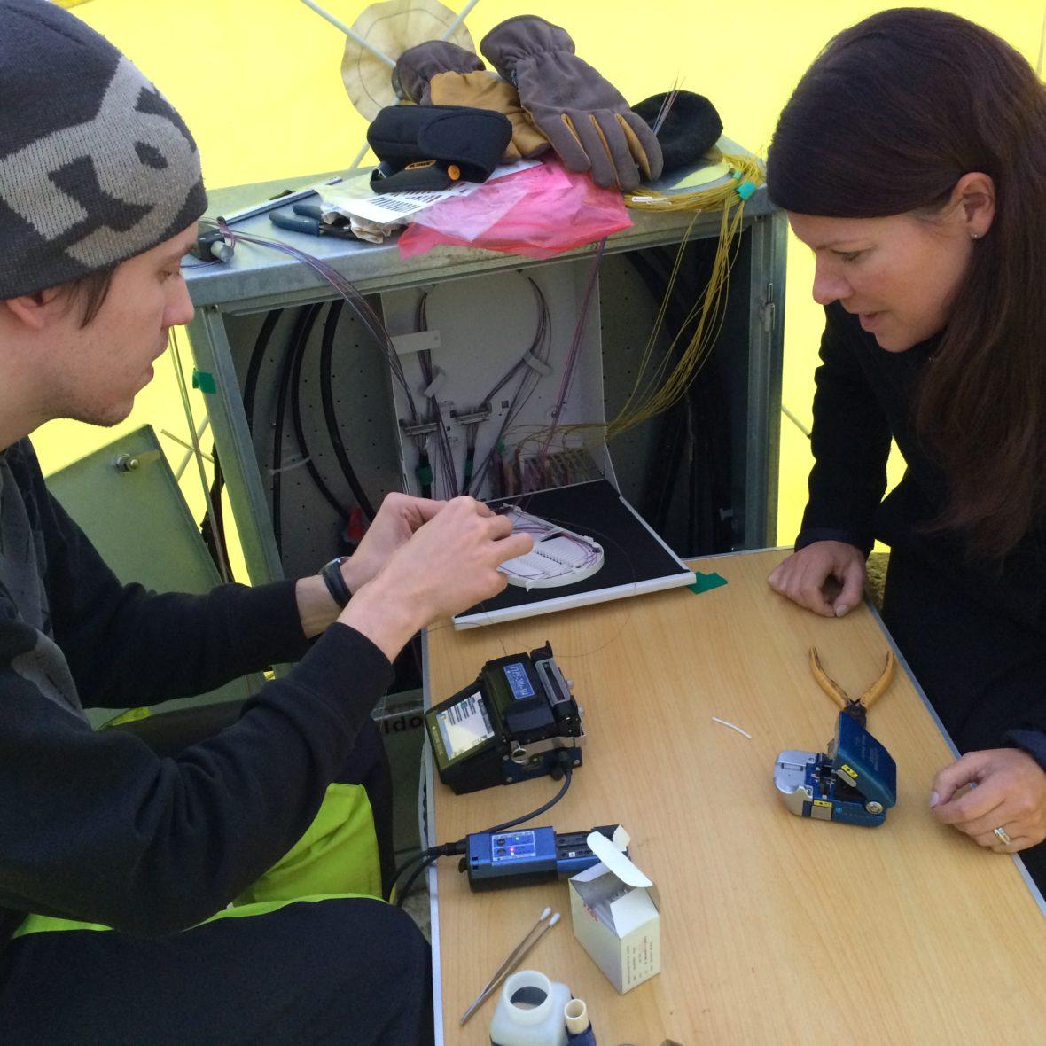 il och Kajsa studerar fibersvetsning.