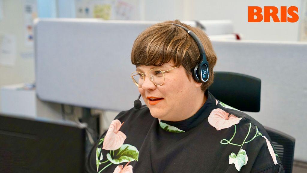 Kvinna jobbar med Bris hjälptelefon
